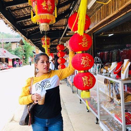 Mae Hong Son Province, Thailand: ผมและคู่รัก และ เพื่อน ดีใจมาที่ใด้มาเยือนหมู่บ้านรักไทย ที่ บรรยากาศดีมากเหมาะสมสำหรับเป็นที่พักผ่อนที่เงียบสงบ และที่พักอาศัยสะดวกสบายสามารถขับรถเลือกหาที่พักอาศัยใด้ในหมู่บ้าน และมีอาหารไทยจีนอร่อยๆและร้านขายของที่ระลึกและของฝากเต็มเลยครับ