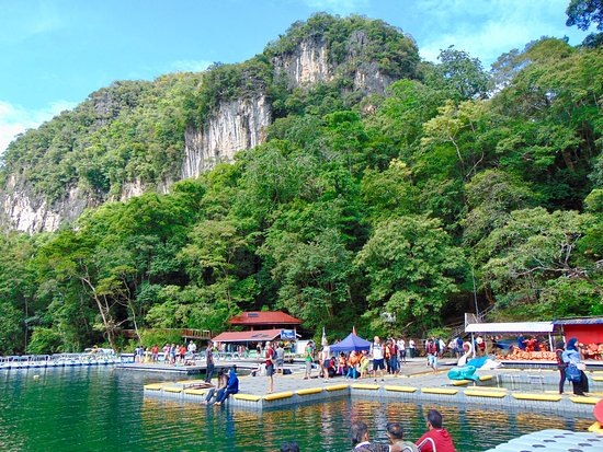 Pulau Dayang, ماليزيا: the crowd at the lake