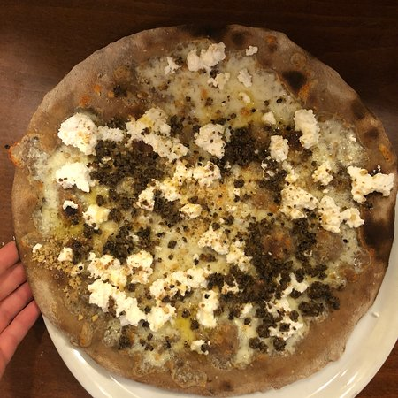 Tornimparte, إيطاليا: Pizza Livia con impasto ai 5 cereali Sublime!