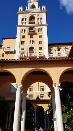 L'hotel Biltmore a Coral Gables (poche miglia a sud-ovest di Miami), dove negli anni venti soggiornava Al Capone. Annesso campo da golf e splendido patio dove la domenica viene servito un favoloso brunch