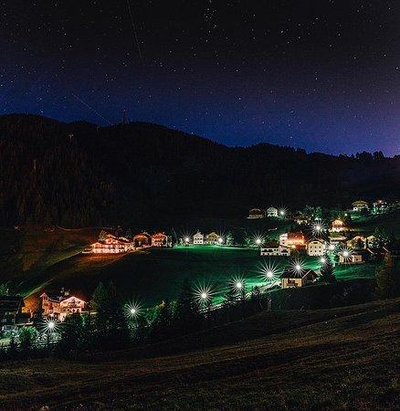 Alta Badia, Italia: Мало кто знает, что первый в Италии горнолыжный подъёмник был открыт именно в Альта Бадиа в далеком 1947 году. Предприимчивые ладины одними из первых сделали ставку на сервис для туристов. Сегодня, не снимая лыж, благодаря единому ски-пассу Dolomiti Superski, из Альта Бадиа можно кататься по нескольким сотням километров трасс, а общий доступ включает более десятка курортов и более тысячи километров зон катания в Доломитах!