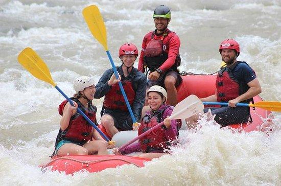 Recorrido en rafting por el río...