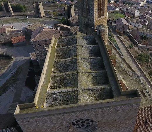 Iglesia-Fortaleza de San Saturnino y Tejado Lomo de Dragón