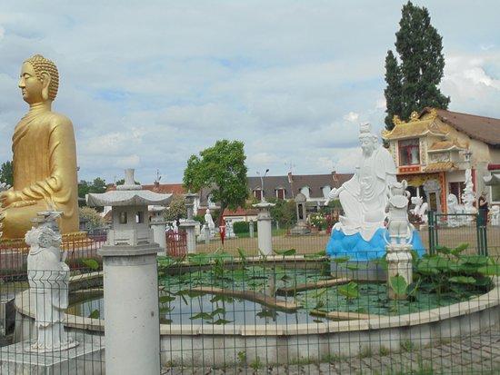Noyant-d'Allier, France: temple noyant d allier
