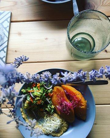 Pesto de graine de courage, salade croquante de kale et carottes au paprika, patate douce cuite à la vapeur douce, huile de sésame et graines germées de betterave.