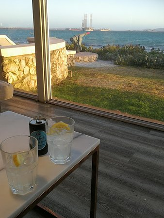 Blue Bay Lodge and Resort: Bar with an interesting view