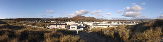 Morfa Bychan, UK: The park and backdrop of Snowdonia National Park form the sand dunes