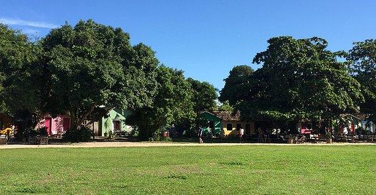 Uma das praias mais charmosas (e badaladas) do litoral do Bahia, é Trancoso! O ponto de encontro é o Quadrado, um grande gramado cercado de casinhas coloridas. Na região estão algumas das pousadas mais simpáticas, restaurantes e lojas. O mar de Trancoso é calminho, perfeito para crianças pequenas. #Trancoso #viajocomfllhos
