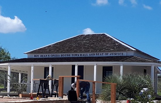 Langtry, Техас: Roy Bean's Opera house Town Hall and Seat of Justice refurbishing