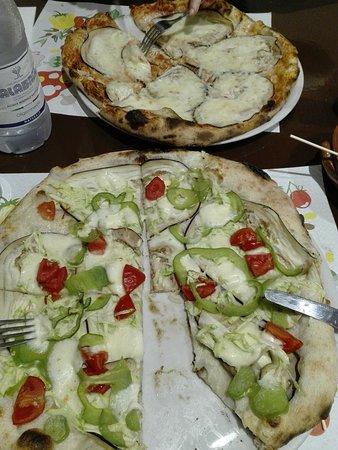 La Cantanapoli Di Stella Emanuele: Pizza eccezione a Lamezia Terme! Farina di tipo 1, ingredienti di ottima qualità. Parmigiana e vegetariana.
