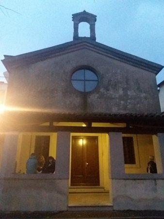 Джемона-дель-Фриули, Италия: Ex chiesa di San Michele Arcangelo vicino arco di ingresso in Gemona
