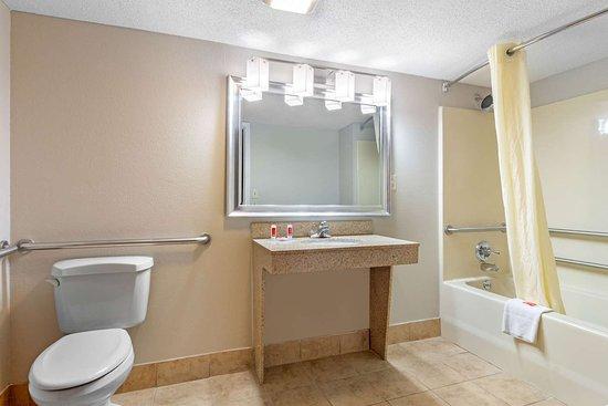 Byron, GA: Guest room with whirlpool bathtub