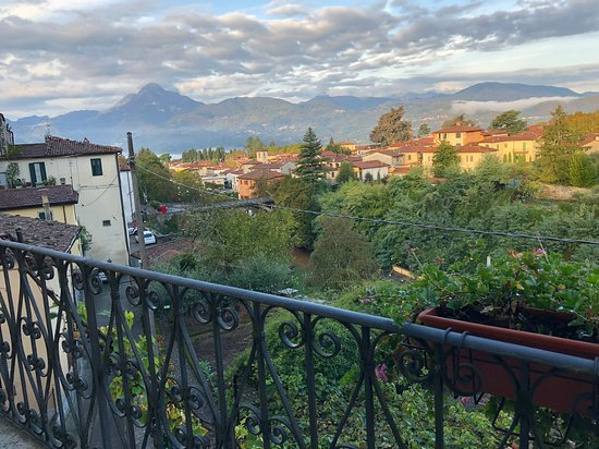 Casa Fontana Tuscany B&B: Looking out over Barga and the mountains in the background.