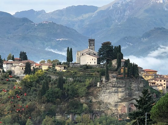 Casa Fontana Tuscany B&B: Barga - with the cathedral in the top middle and the B&B is located on the right edge.