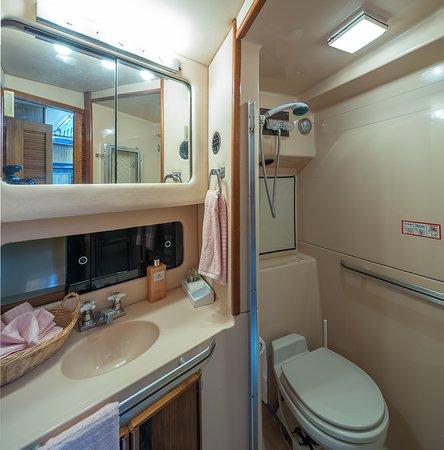 Ярмуь-энд-Аркадиан-Шорз, Канада: Forward Bathroom