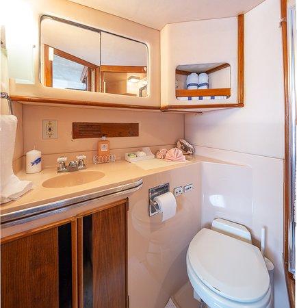 Ярмуь-энд-Аркадиан-Шорз, Канада: Aft Cabin Bathroom