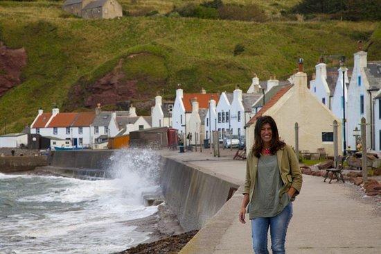 """¿Conoces #Pennan? Es un pequeño pueblo oculto en la costa este de #Escocia famoso por ser escenario del rodaje de la película """"un tipo Genial"""". Y yo añado, un destino genial. Utilizo esta foto para saludar a todos mis seguidores en esta nueva etapa de Trip Advisor. Encantada de formar parte de este equipo."""
