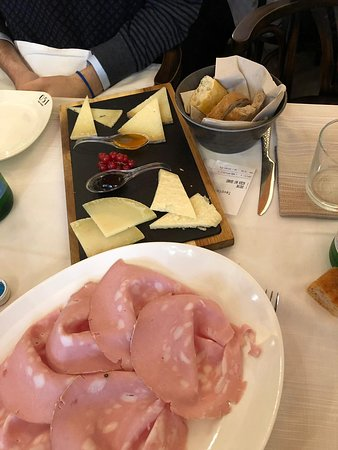 051 Piazza Maggiore: mortadella e formaggi con confetture