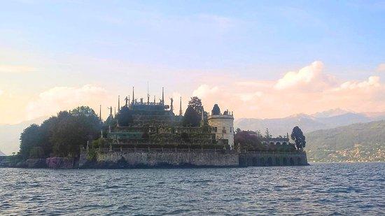 Lake Maggiore, Italy: La più maestosa delle Isole Borromee, le celebri isole del Lago Maggiore, famosa per il suo palazzo e per i giardini terrazzati all'italiana