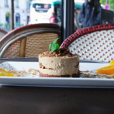 Délice de crème noisette et amande, Coeur de spéculoos et chocolat éclats de noix de Pécan coulis de caramel