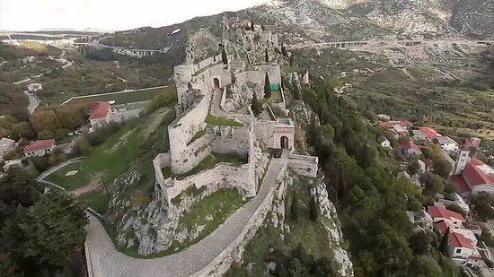 """A soli 5 km da Spalato si trova la fortezza di Klis  La fortezza  è una delle fortezze più importanti della Croazia , sede reale . La sua fama per lo più meritata al tempo delle guerre turche , quando il capitano della fortezz,a Petar Kružić, con la sua fretta per decenni resistette ai tentativi di conquista turca, fino al 1537  per poi cadere in mani turche.Per gli appassionati del """"Trono di Spade"""" ricordo che è stata anche location Meereen,la più grande delle tre grandi Città di Schiavisti ."""