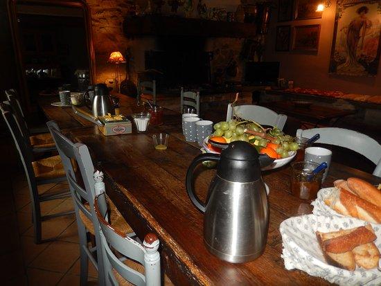 Saint-Pons-de-Thomieres, Γαλλία: Le petit déjeuner toutes les confitures sont maison
