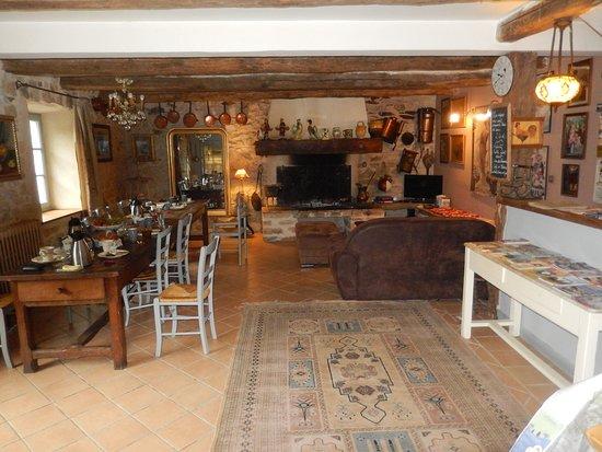Saint-Pons-de-Thomieres, Γαλλία: salle a manger et salon l'apéritif est offert tous les soirs a 19 h 30