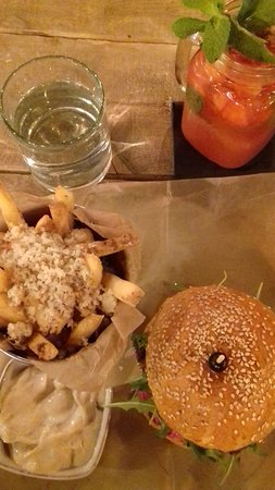 Urban House: Goat cheese and beetroot burger. Parmesan fries. Oignon dip. Strawberry and rhubarb lemonade.