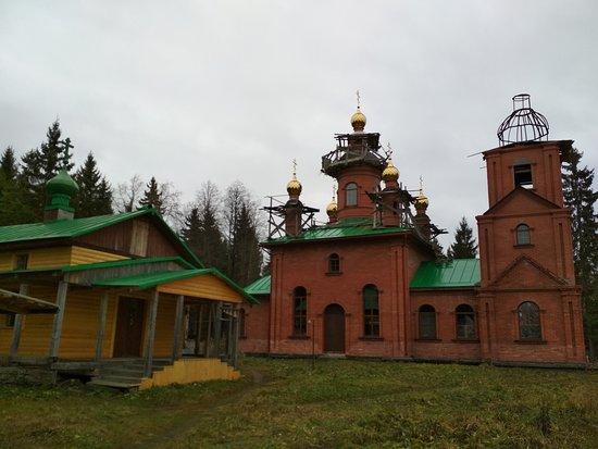 Tosnensky District, Russland: Успенский собор и церковь Макария Римлянина