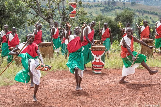 Gitega, Бурунди: A mix of cultural dance and Royal drums performance in Burundi.