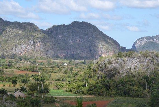 """Valle de Vinales, Pinar del Rio, Cuba. Vista desde el mirador del Hotel """"Los Jasmines"""". Uno de los paisajes mas velloos del occidente cubano, el valle y sus mogotes con ese verde constante que siempre muestra es para mi uno de mis lugares favortos para visitar en Cuba."""