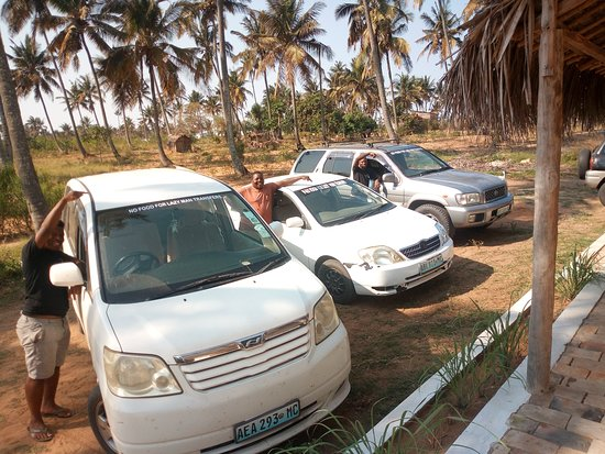 Tofo, โมซัมบิก: We are growing! Thanks to all!  A car for each trip. For each traveller a car