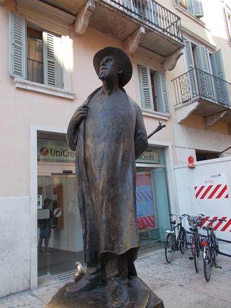 Monumento a Roberto Barbarani