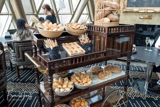 Robuchon au Dome: Bread selections