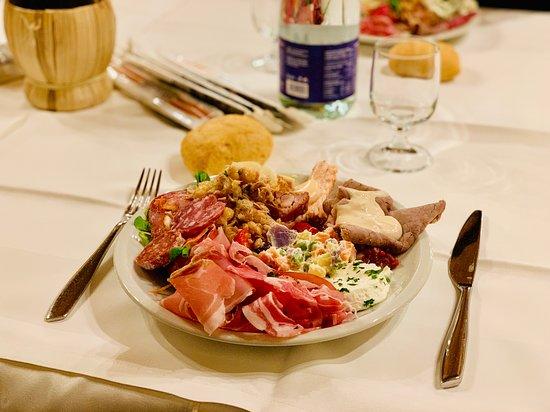 """Ala di Stura, Italy: """"Piccolo"""" piatto di antipasti dopo il primo giro del buffet :)"""