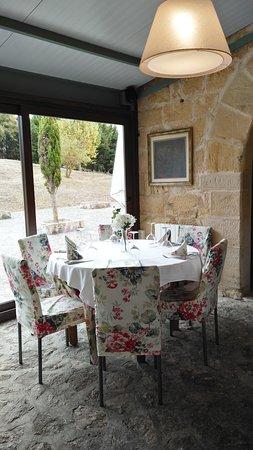 mesa salón comedor restaurante la taxuela: fotografía de La ...