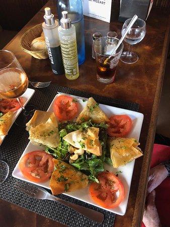Notre délicieuse salade de chèvre croustillant, avec un verre de rosé de Provence pour couronner le tout.