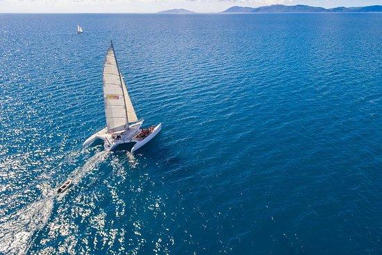 在三体船'阿凡达'上的2夜圣灵群岛帆船冒险