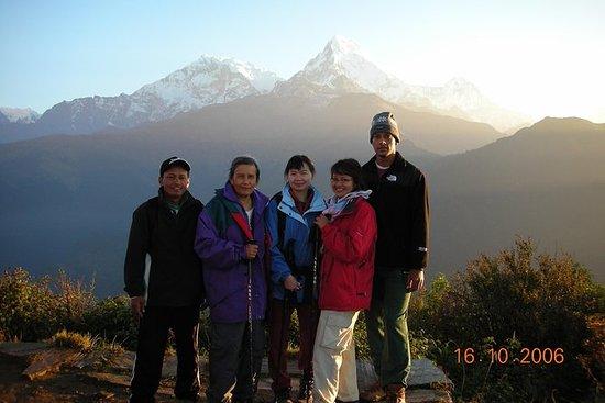 Weelderige bergzicht van Dhampus