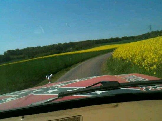 Rousson, Frankrike: entre les champs dans l'Yonne