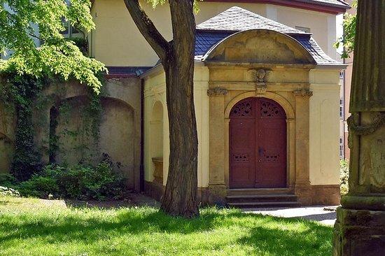 Weimar, Germany: In dieser Gruft wurde Friedrich Schiller 1805 beigesetzt, im Jahr 1826 wurden seine vermeintlichen Gebeine an die Seite Goethes in die Fürstengruft überführt. Da durch wissenschaftliche Untersuchungen im Jahr 2008 festgestellt werden konnte, dass die Relikte nicht von Friedrich Schiller stammen, ist sein Sarg in der Fürstengruft heute leer.