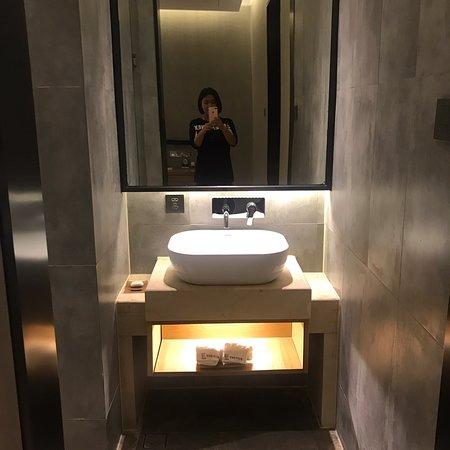 Tongling, China: 房間是我最喜歡清水模跟木頭地板的組合,清雅宜人,又不容易膩。一共在這住了5晚,房間裝潢有特色,雖然不大但乾淨、舒適。浴盆的大小深度剛好,最驚喜的是每天的送來的甜點,都很好吃。 打掃的阿姨特別親切,總是笑容滿面,清潔也做的很好。 交通位置方便,車站打車過來10幾元,旁邊有很多餐廳,對面就有商場、KTV跟影城,但又不會吵雜,很推~