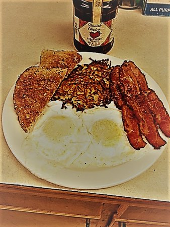 Beacon Rock Golf Course : Two egg breakfast with bacon and whole wheat toast from the restaurant.