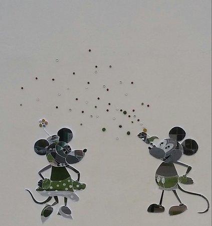 Aviapark Mall: Весёлые мыши на стене торгового центра.