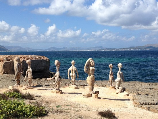 Ca'n Picafort, Espagne : sculptures on rocks - multi group set over the walk between Can Picafort & Son Paulo