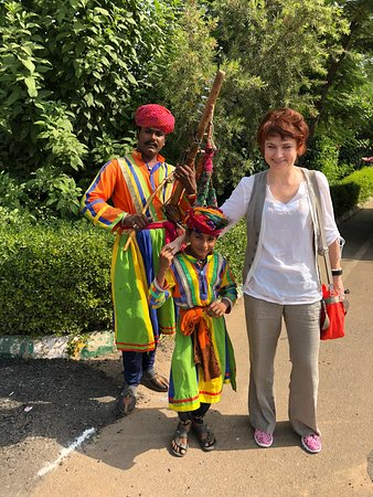 Gautam Buddha Nagar District, Индия: Olga with indian dancer on the way to Agra