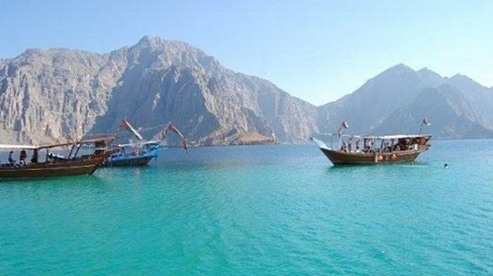 Musandam Governorate, Omán: Embark on a trip to Dibba, a small town on the Musandam peninsula. Let your eyes feast on the stunning fjord landscapes with rugged cliffs and beautiful bays. Sit back and relax on board a traditional Arabic dhow and sail north. Enjoy a delicious picnic lunch (included) in this beautiful landscape as you continue sailing. Return to the port and take a journey back to your hotel with unforgettable memories.
