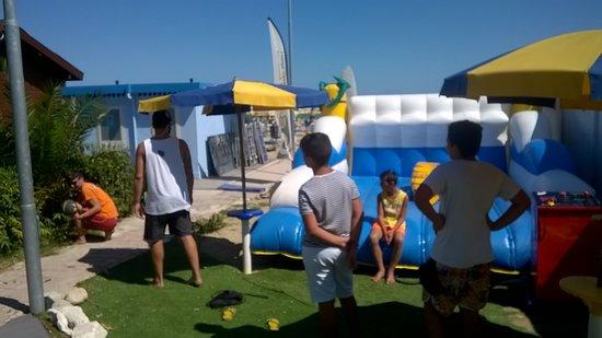 ...e con l'innovativo simulatore di surf...il SURF-RIDER! Via aspettiamo da maggio a settembre.