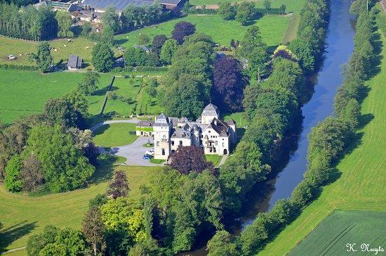 Liège, Belgia: Vue aérienne du Château de Lassus au bord de l'Ourthe