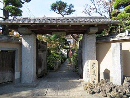 Adachi, Japan: 山門前にて